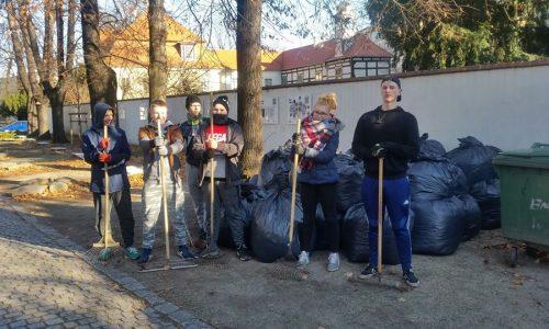 Pomoc w sprzątaniu placu wokół Kościoła Pokoju w Świdnicy